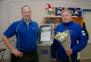 Magnus Carlsson, till höger, överlämnade utmärkelsen och blommor till Anders Granström