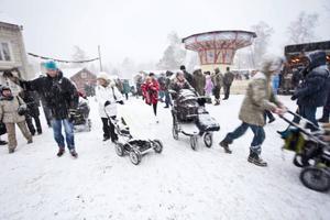 Efter lunch på söndagen bytte höstlandskapet skepnad och julmarknaden blev vit. De 22 000 besökarna var snudd på rekord för julmarknadens 25-åriga historia.