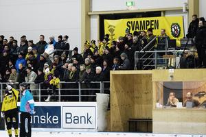 816 personer på nyårsbandy. ÖSK:s supporterklubb Svamparna höll igång som vanligt.