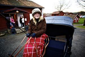 Förre häradshövdingen Carl Roths nyrustade gamla kalesch (droska) visades upp för marknadsbesökarna.