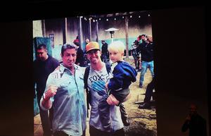 Före filmvisningen visade Fredrik bildspel från inspelningen. På bilden poserar han med sin son, Dexter och Sylvester Stallone.