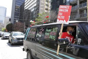 En bilburen protest utanför Amazons kontor i amerikanska Seattle på första maj.