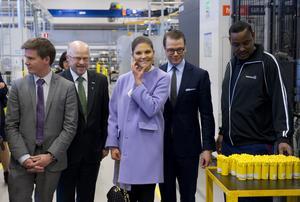 Sju år senare, i november 2012 var det kungligt igen. Då var kronprinsessan Victoria och prins Daniel på besök på Atlas Copco Secorocs. Även då var Stig med... (Foto: FREDRIK SANDBERG/TT)