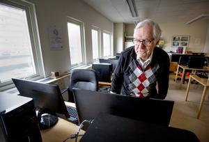 """Den tidigare it-strategen Stig Holmberg försöker själv hänga med i den digitala utvecklingen. Han läser datatidningar. """"Det går så rysligt fort. Tidningen kommer varje vecka och det är alltid något nytt"""", säger han."""