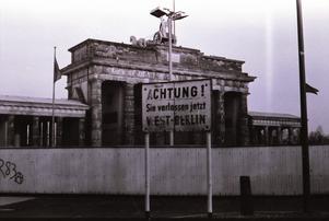 Berlin 1984. Fyra år senare revs muren som delade staden. Gunnar Olofsson önskar att samma öde ska möta den mur som Israel  bygger i Palestina.