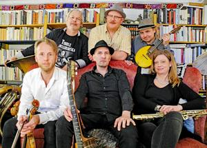Tibble Transsibiriska uppträder på Gårdscaféet i Leksand.