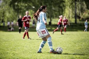 Lisa Ewenson i Ornäs BK med bollen.