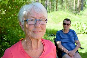 – Är det inte diskriminerande att anhöriga som bevisligen kan och vill utföra samma kvalitativa arbetsinsatser som kommunens hemtjänst, ska utföra jobbet gratis? undrar Berit och Torbjörn Åsberg