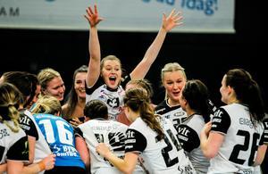 Charlotte Granfelt jublar efter VI damernas seger över Skövde i torsdags som innebar att laget är klart för SHE-slutspelet. Men det visade sig bara vara början på klubbens framgångsrika vecka.