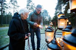 Barbro och Pontus Åhlund uppskattade känslan av gemenskap när många kom till Skogskyrkogården för att tända ljus, minnas och sörja.