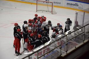 Spelarna utbildas både på och utanför isen.