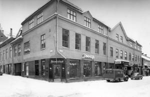 Vintern 1962. Prästgatan 39 där Föreningen Jämtslöjd från 1912 hade sin butik. Till höger  restaurangen Gamla Stadt. Byggnaden revs 1964 för att ge plats åt det nya Folkbankshuset. Fotograf: ÖP arkiv