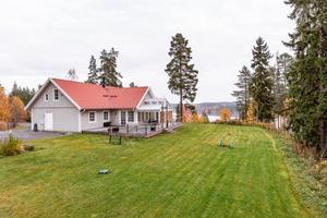 Modern, rymlig och välplanerad villa med högt och vackert läge. Skogen och sjön Aspan närmsta grannar. Foto: Svensk Fastighetsförmedling, Falun.