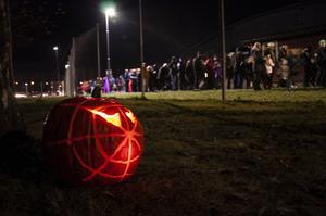 Flera hundra personer kom för att leta efter pumpor i mörkret.