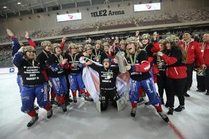 Kareby firar SM-guldet från 2017, klubbens senaste. Nu lämnar tränaren Arne Johansson efter två säsonger. Foto: Sören Andersson / TT