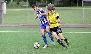 Albert Orre och Max Eidet i en av många närkamper i division 3-mötet mellan Avesta AIK och Slätta SK.