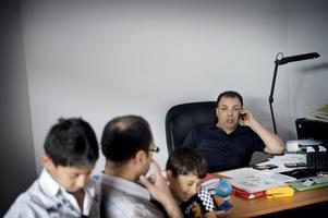 Ovanlig entreprenör. Hamid Siraj i samspråk med Ziad Hameed från Irak. Ziad Hameed är utbildad ingenjör och läser nu till en master på Örebro universitet. På bilden är också Ziads söner, Tareq 9 år och Aymer 3,5 år med. Bild: Jonas Eriksson
