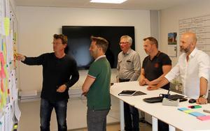 Jens Schedin, Arne Wessbladh, Olle Andersson, Juha Pesonen och Lars Eklund i PULSrummet. Där man styr hur arbetet ska fortgå.