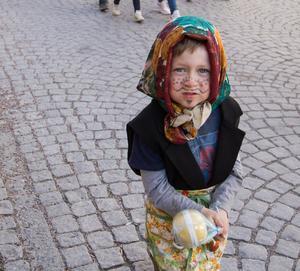 Alla barnen som gick i paraden fick ett påskägg.