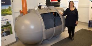 Amelia Morey Strömberg, verksamhetsansvarig på Utvecklingscentrum för vatten, visar här en modell av ett minireningsverk.