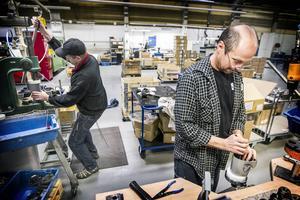 Jörgen Sundström och Arild Steffensen monterar växellådor till borrmaskiner för betong.