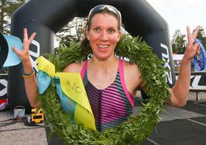 2015 års segrare i Vansbro Triathlon, Louise Rundqvist, jublar efter målgång. Foto: Roger Boström