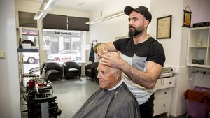 Nyligen tog frisören Ali Taleb Vasim över Hultmans salong på Köpmangatan. Här klipper han stamkunden Rolf Sjöberg.