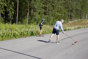 Jonathan Bergmans pappa soppar grus från vägen inför veckans rullskidåkning med Fagersta Södra IK uppe på Fårbo industriområde.