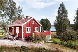 Fritidshus med stor sjötomt (cirka tre hektar) med brygga och liten sandstrand. Foto: Kristofer Skog/Husfoto.