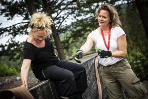 Scenografen Helena Uggla visar projektledaren Kajsa Linderholm hur spillvirke ska skapa mjukare former på scenen.