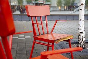 Inte en enda stol på Brotorget är hundraprocentigt hel.