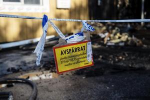 Området runt flerfamiljshuset spärrades av i samband med branden.