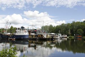 Många båtar var dockade vid Hjälmare kanal.