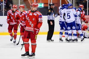 Patrik Karlkvist lämnade matchen mot Leksand i mitten av andra perioden. Han brakade in i sargen och troligen har han skadat knäet.Foto: BILDBYRÅN
