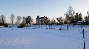 Nu är det tomt på tennisplanerna vid Fridnäs. Här planeras cirka 80 bostädsrätter i hus på 1-7 våningar.I bakgrunden Fridnässkolan.