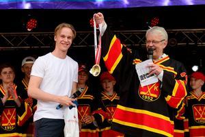 Pettersson hade med sig båda sina guldmedaljer till Ånge, dels SM-guldet som han vann med Växjö och dels VM-guldet som han tog med Tre Kronor nyligen.