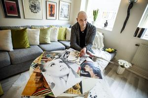 47-årige Johan Sandin från Örnsköldsvik har en ordentlig samling med modellbilder, tidningsurklipp och historier från sin numera bortgångne fasters tid som modell. Han är stolt över att de båda var så goda vänner och tycker historien är värd att bevara.