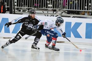 Ted Haraldsson i duell med Joakim Svensk i SM-finalen mellan Sandviken och Edsbyn. Edsbyn vann med 4–0. Foto: Janerik Henriksson / TT