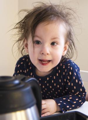 Mini är som vilken tvååring som helst. Hon går, pratar och går på förskola.