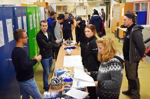Företag och besökare möttes i en del av lokalerna där jobbmöjligheter och utbildning diskuterades under kvällen.