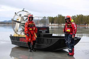 Håkan och Tony Ollinger från Sjöräddningen är på isen med sina svävare och hydrokopter för säkerheten på isen under tävlingarna.