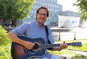 Janke Jönsson med musiker spelar våra allsångsfavoriter.