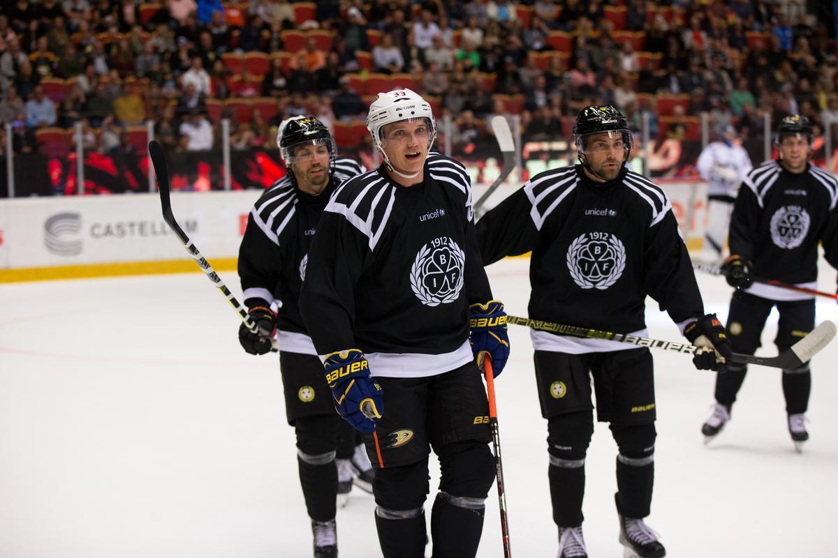 BILDEXTRA: Se Brynässtjärnorna och NHL-proffsen från Svarta mot Vita