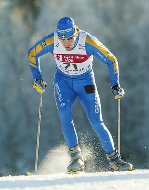 Den vita svenska tävlingsdräkten har förblivit vit genom åren. Dock testades en blå med gula inslag under några år i början på 2000-talet.Per Elofsson tog ett VM-guld i den dräkten 2003.