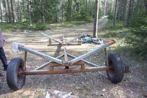 På båtsläpet i skogen finns en lapp med kommunens uppmaning att flytta fordonet. Hittar man en skrotbil i naturen och ägaren inte är känd, kan man anmäla den till kommunen.