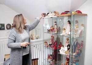 Iréne Holmgrens Barbie bor i glasskåp hemma i vardagsrummet i Govâla i Glöte.