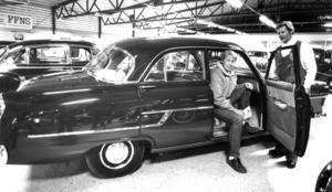 Kjell Andersson provsatt en Opel Kapitän från 1956 medan ägaren Sven- Olof Johansson tittade på under veteranbilsutställningen 1985.