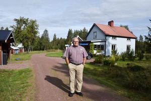 Sedan fyra år lever förre riksdagsledamoten Leo Persson (S) med en man i Hållbovallen, Älvdalen.