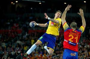 Linus Arnesson går för skott i EM-finalen mot Spanien. Hedemorasonen hade liksom resten av svenskarna en tung kväll i finalen, och efter att ha gjort mål på det mesta mot Danmark var Arnesson bara 20-procentig i sina skottförsök mot spanjorerna.  Foto: Darko Bandic/AP