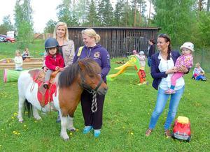 Glädjen var stor och aktiviteterna många när Scadumed drog igång verksamheten i Stuggu 2014. Fotot taget i maj 2014.